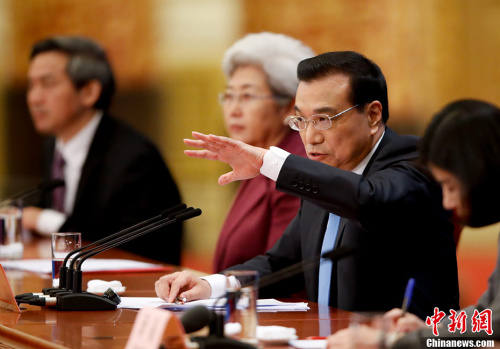 3月15日上午,国务院总理李克强在人民大会堂三楼金色大厅会见采访十二届全国人大五次会议的中外记者,并回答记者提出的问题。<a target='_blank' href='http://www.chinanews.com/' _fcksavedurl='http://www.chinanews.com/'>中新社</a>记者 杜洋 摄