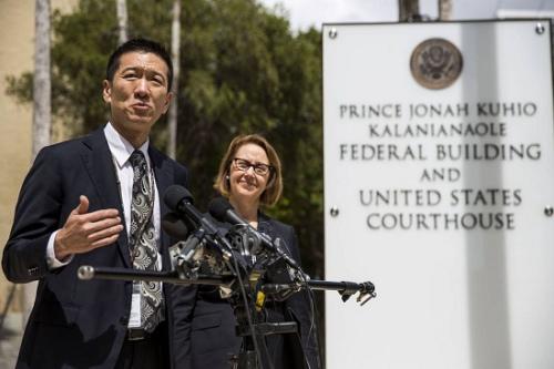3月15日,夏威夷州检察长在新闻发布会上讲话。