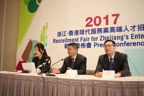 陈中(中)认为,港人有自身优势,具国际视野、语言能力等。香港《大公报》记者杨州摄