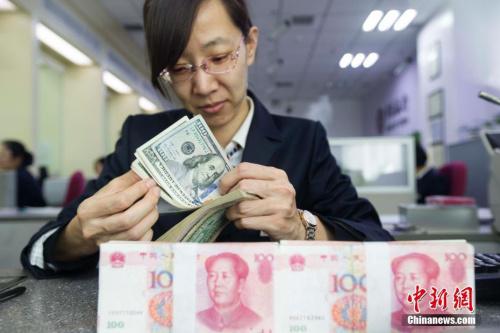 图为银行的工作人员正在清点钞票。张云 摄