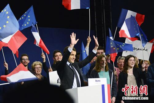 马克龙17日在法国兰斯举行竞选集会。 记者 龙剑武 摄