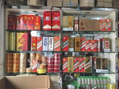 仁怀市兴盛路一白酒包装材料销售商家柜台上摆出的多种仿茅台酒包装。