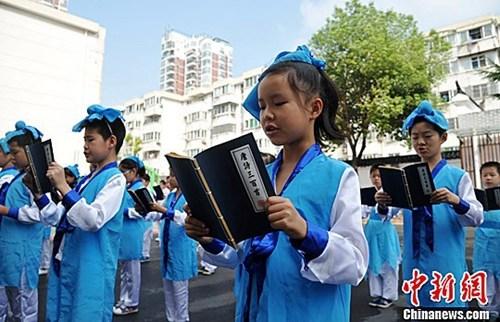 资料图:学生们在诵读有关中秋的古诗词。中新社记者 韩苏原 摄