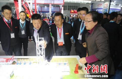 三一集团董事、三一石油智能装备董事长袁金华仔细询问产品情况