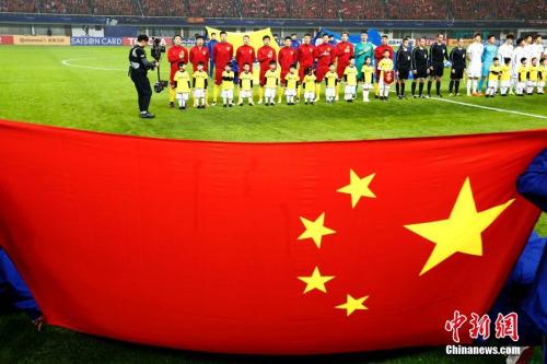 中国男足踢出了自信。记者 富田 摄