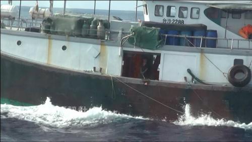 据报道,包括船员和船长在内的19人于本周早些时候在南海的东沙群岛海域附近被扣。他们所有人都已被带到台湾高雄市检察院。