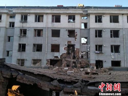 图为爆炸居民楼北侧,该楼正面一个单元贯穿性坍塌。 乌娅娜 摄