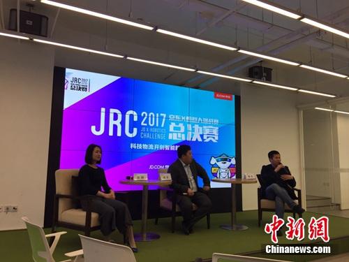 京东集团等负责人接受记者采访。 吴涛 摄