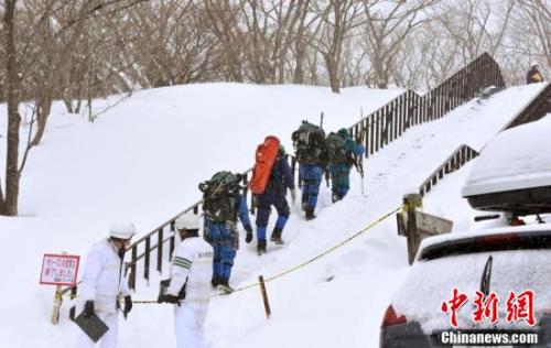 """当地时间3月27日上午9时20分左右,日本�心鞠啬切腩�的""""那须温泉家庭滑雪场""""发生雪崩。"""