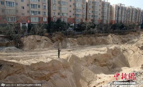 资料图:小区附近的耕地遭偷挖沙坑破坏。 蔡勇 摄 图片来源:CFP视觉中国