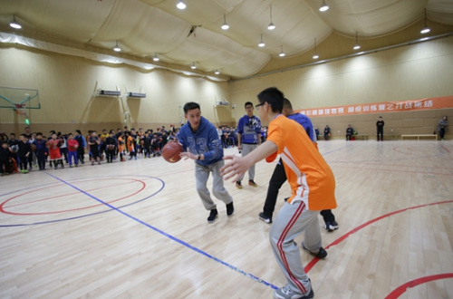 张云松亲身指导小球员。主办方供图