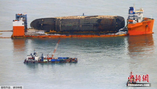 打捞组正加速进行排水和除油工作。