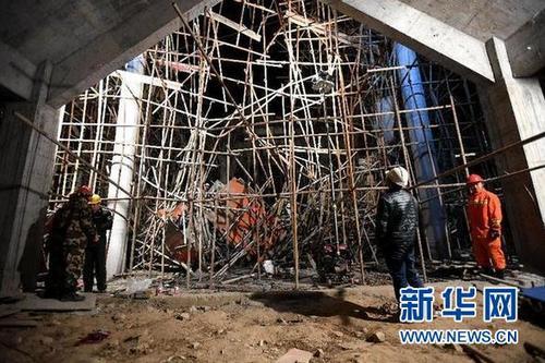 3月28日,救援人员在垮塌事故现场实施救援。新华社发(熊琦 摄)