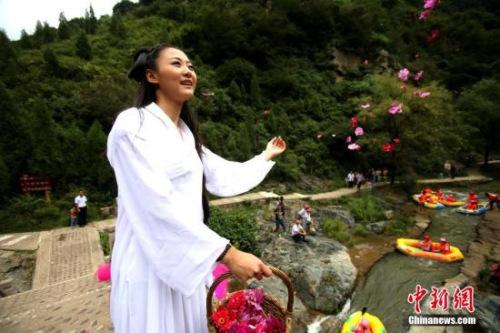 资料图:七夕节网友装扮花千骨,其受欢迎程度可见一斑。王中举 摄
