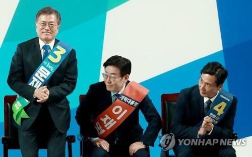 左起依次是文在寅、李在明和安熙正。(图片来源:韩联社)