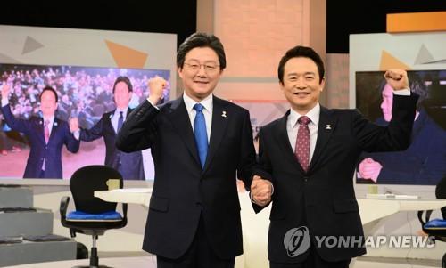 左一为刘承�G。(图片来源:韩联社)