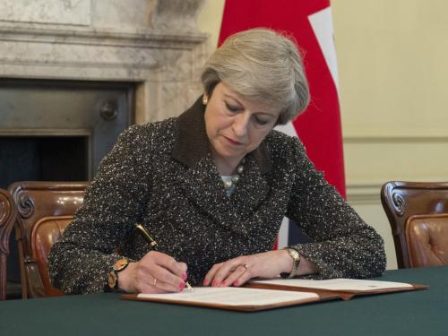 """英国首相特蕾莎・梅正式签署""""脱欧""""信件。(图片来源:英国首相府官方社交网络账号)"""