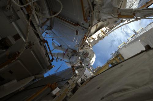 资料图:国际空间站宇航员进行太空行走。(图片来源:ESA)