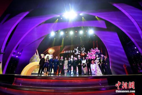 """3月31日晚,由凤凰卫视发起、海内外多家华文媒体共同主办的""""世界因你而美丽――影响世界华人盛典""""在北京清华大学新学堂举行。记者 金硕 摄"""