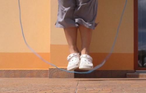 英国女子一分钟与狗跳绳59次 刷新世界纪录