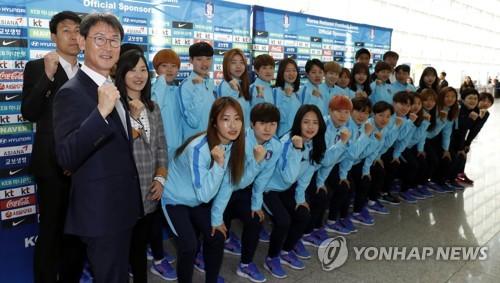 4月2日,在仁川国际机场,韩国女足代表队合影留念。第一排左一为女足主帅尹德汝。(图片来源:韩联社)