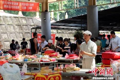 资料图:清明时节,台湾民众在台北富德灵骨楼处烧香。 中新社发 陈小愿 摄