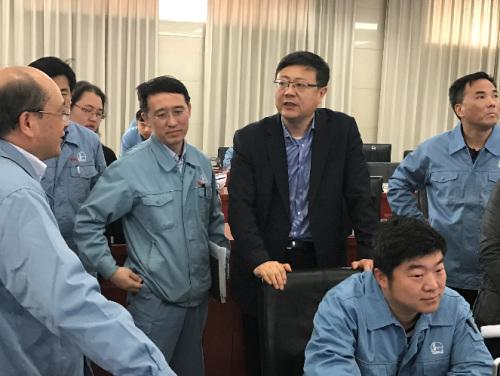 陈吉宁在中国石油化工股份有限公司北京燕山分公司检查企业VOCs治理工程运行情况。图片来自环境保护部