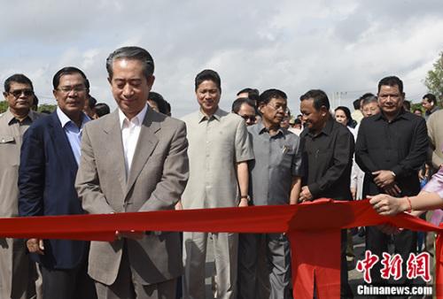 中国驻柬大使熊波剪彩。 记者 黄耀辉 摄