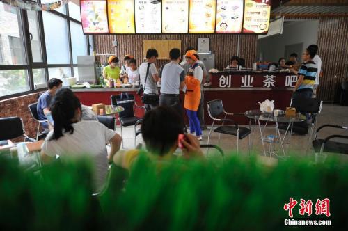 """资料图:2015年5月28日,山西中医学院创业文化广场,大学生自主经营的""""创业茶吧""""正式营业。韦亮 摄"""