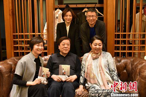 倪萍(前排右一)与好友赵忠祥(前排中间)等人合影。
