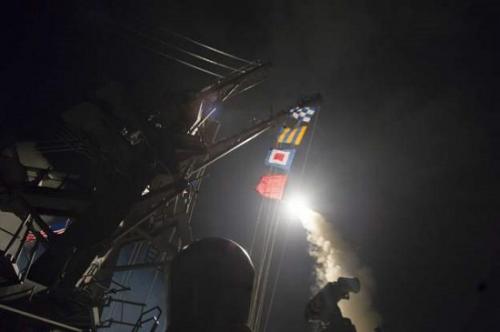 """美军从波特号和罗斯号驱逐舰上发射""""战斧""""巡航导弹,打击叙利亚空军基地。 图片来源:五角大楼"""