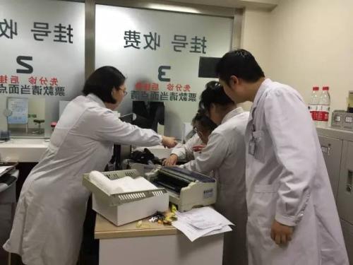 3月30日深夜,在北大医院医改信息系统切换演练过程中,工作人员在忙碌。 来源:北大医院