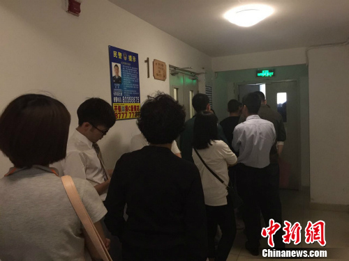 北京某公租房项目管理处排队受理现场。 种卿摄