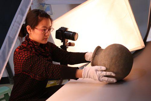 山东省邹城市普查办工作人员进行文物影像采集。国家文物局供图