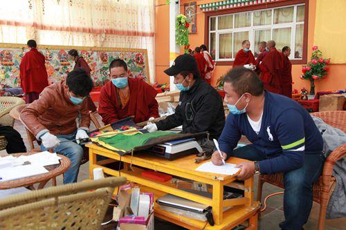2014年9月青海果洛州甘德县龙恩寺,普查队员和僧侣齐心协力、认真开展该寺的可移动文物普查工作。国家文物局供图