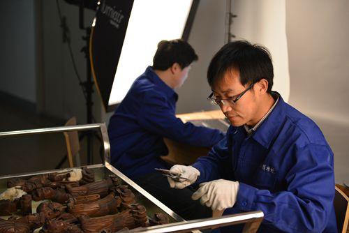 山西省博物院普查人员测量文物尺寸。国家文物局供图