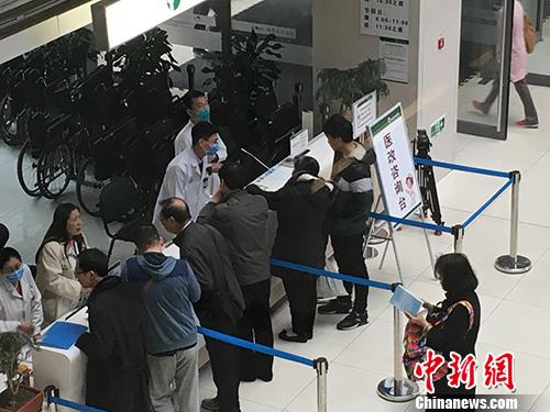 北京协和医院门诊楼一楼医改咨询台。汤琪 摄