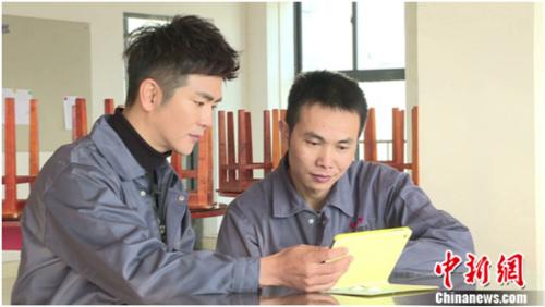 张晓龙与外出家长交流