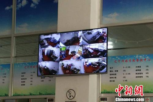 辽宁传媒学院食堂内的屏幕直播后厨状况。受访者供图