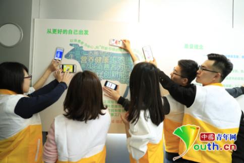 摄影爱好者走进蒙牛工厂参观,打造创意摄影作品。中国青年网记者 陈晓磊摄