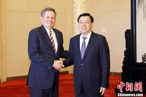 4月10日,全国人大常委会委员长张德江在北京人民大会堂会见美国联邦参议员戴恩斯率领的美国国会议员代表团。 记者 盛佳鹏 摄
