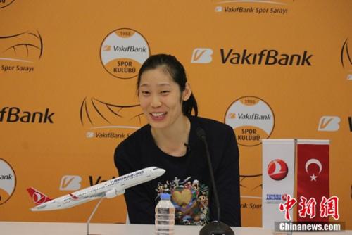中国女排成员朱婷在伊斯坦布尔目前效力的瓦基弗银行俱乐部接受媒体采访