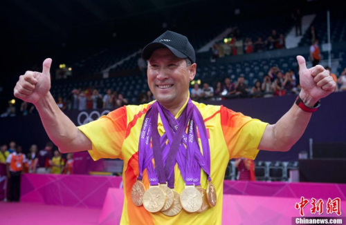 图为2012年8月5日,伦敦奥运羽毛球男子双打决赛结束,中国羽毛球队在此届奥运会上包揽了5块金牌。中新社记者 盛佳鹏 摄