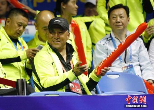 2015年苏迪曼杯,中国队迎战德国队,李永波为中国队加油。中新社发 韩海丹 摄