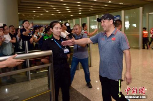 图为李永波走出机场,受到热情迎接。记者 金硕 摄