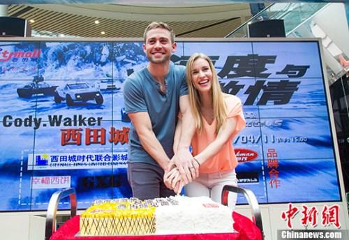 科迪・沃克携娇妻空降杭州 新婚蜜月不忘宣传《速8》