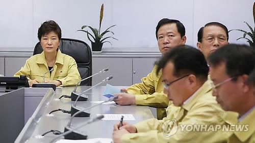 资料图片:2014年4月,前总统朴槿惠(左一)听取沉船事故报告。(韩联社)