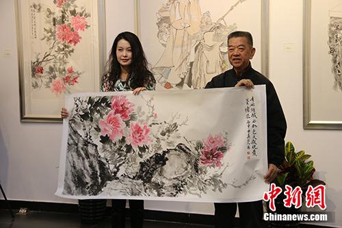 曲真慧分别向中华慈善总会明天会更好慈善爱心书画艺术交流基金、中国少年儿童文化艺术基金会捐赠作品。活动方供图