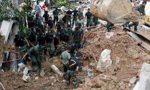 斯里兰卡军方在废墟中搜寻。