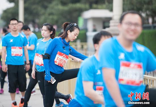 赛前跑友做准备活动 中新网记者 李卿 摄